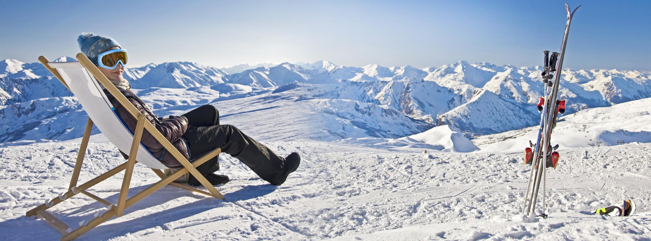 Jeune femme dtente au ski, panorama